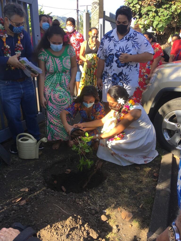 Visite de la Mairesse mise en terre d'un arbre